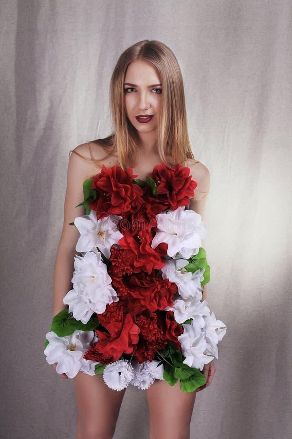 Meisje in kleding van bloemen stock afbeelding