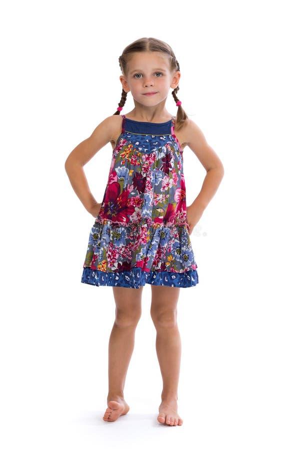 Meisje in kleurrijke kleding op witte achtergrond stock foto