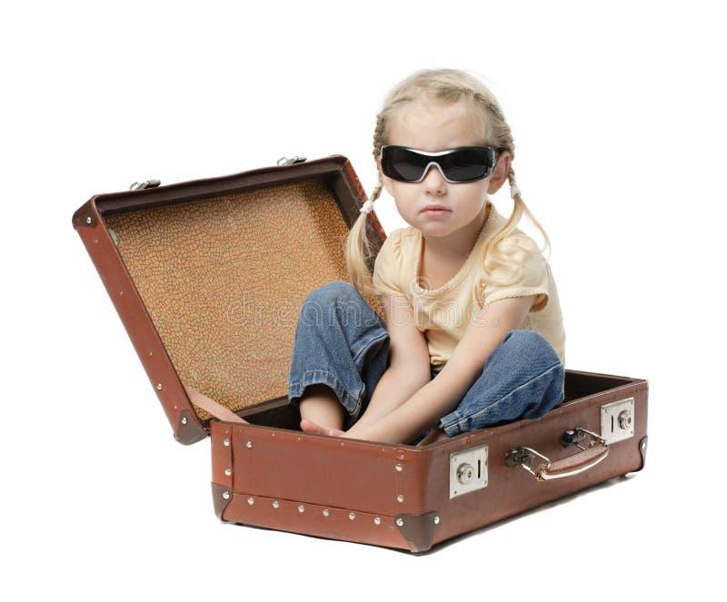 Meisje in koffer stock foto's