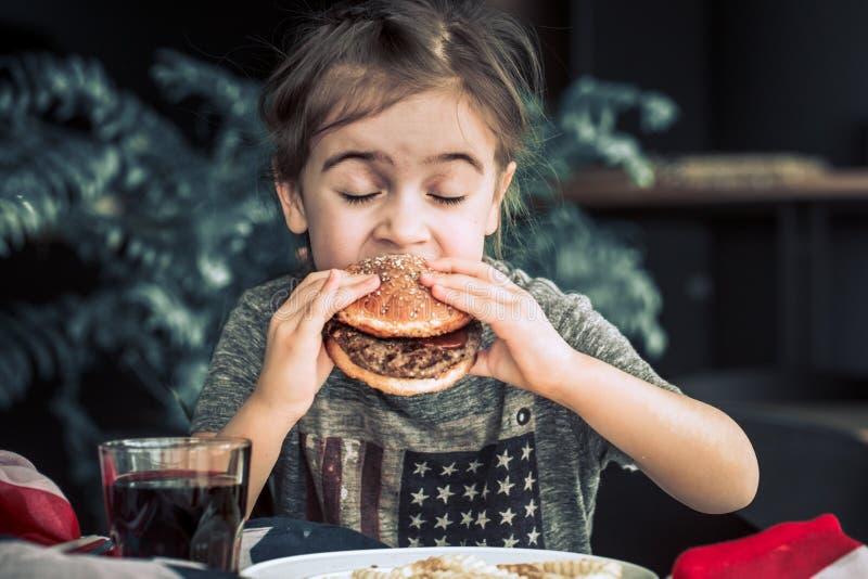 Meisje in koffie met hamburger royalty-vrije stock foto