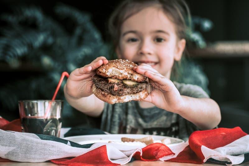Meisje in koffie met hamburger royalty-vrije stock afbeeldingen