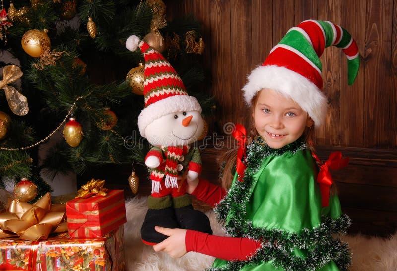 Meisje in kostuum van het Kerstmiself met giften royalty-vrije stock fotografie