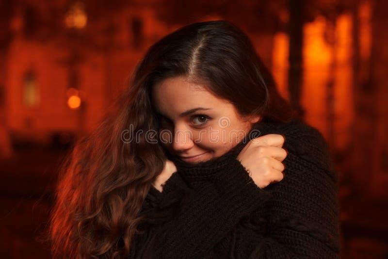 Meisje in koude de herfstnacht stock foto