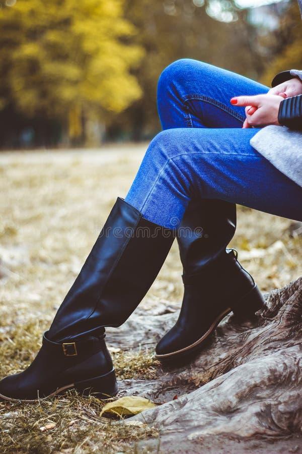 Meisje in laarzen in de herfst royalty-vrije stock foto