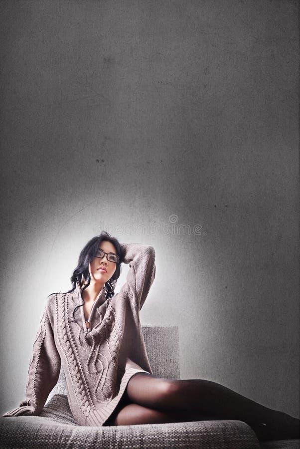 Meisje, lang haar en lange benen in legging stock afbeelding