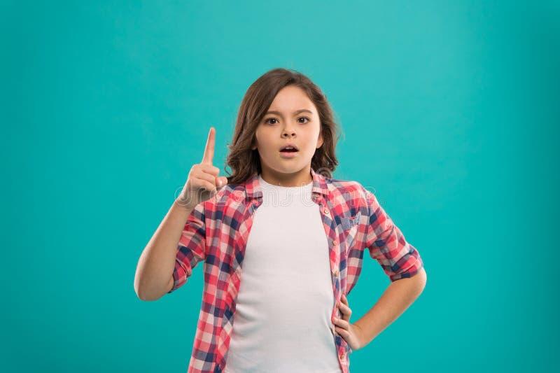 Meisje lang haar geworden helder idee Weinig die kindglimlach met nieuwe ideetribune wordt opgewekt over blauwe achtergrond Dit i royalty-vrije stock foto's