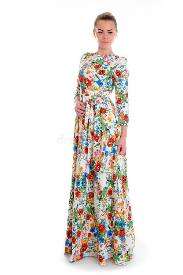 Meisje in lange die bloemkleding op wit wordt geïsoleerd stock foto's