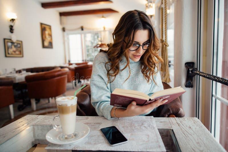 Meisje in lezingsboek dat wordt geabsorbeerd royalty-vrije stock foto's