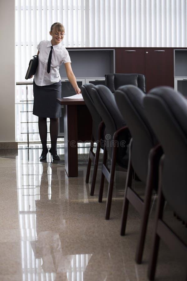 Meisje in lichte conferentieruimte stock fotografie