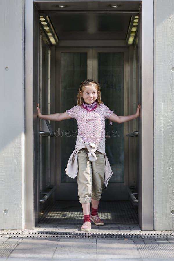 Meisje in lift royalty-vrije stock fotografie