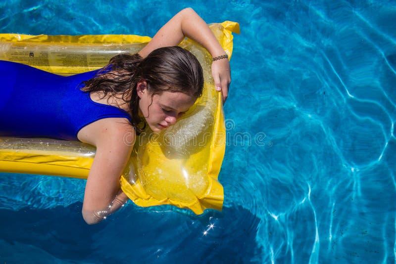 Meisje Lilo Blue Pool stock afbeeldingen