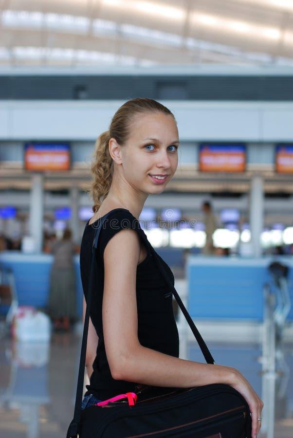 Meisje in luchthaven stock foto's