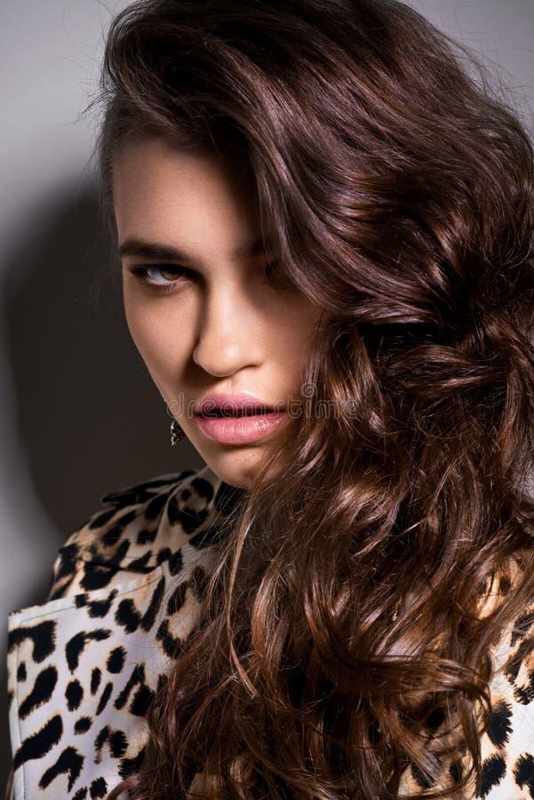 Meisje in luipaardblouse stock afbeelding