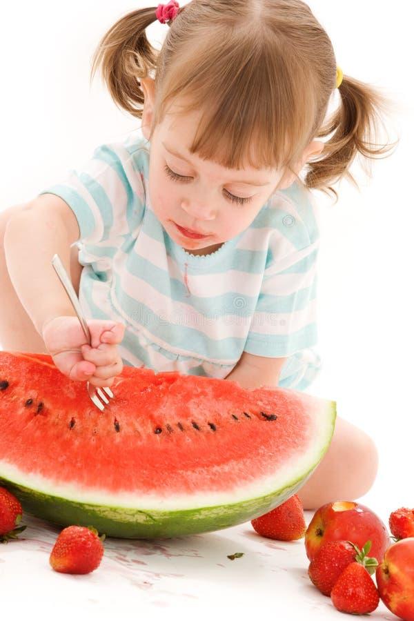Meisje met aardbei en watermeloen stock fotografie