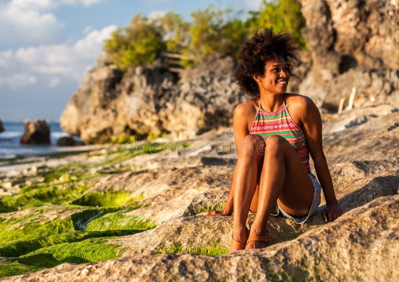 meisje met afrokapsel bij het strand van Padang Padang royalty-vrije stock fotografie