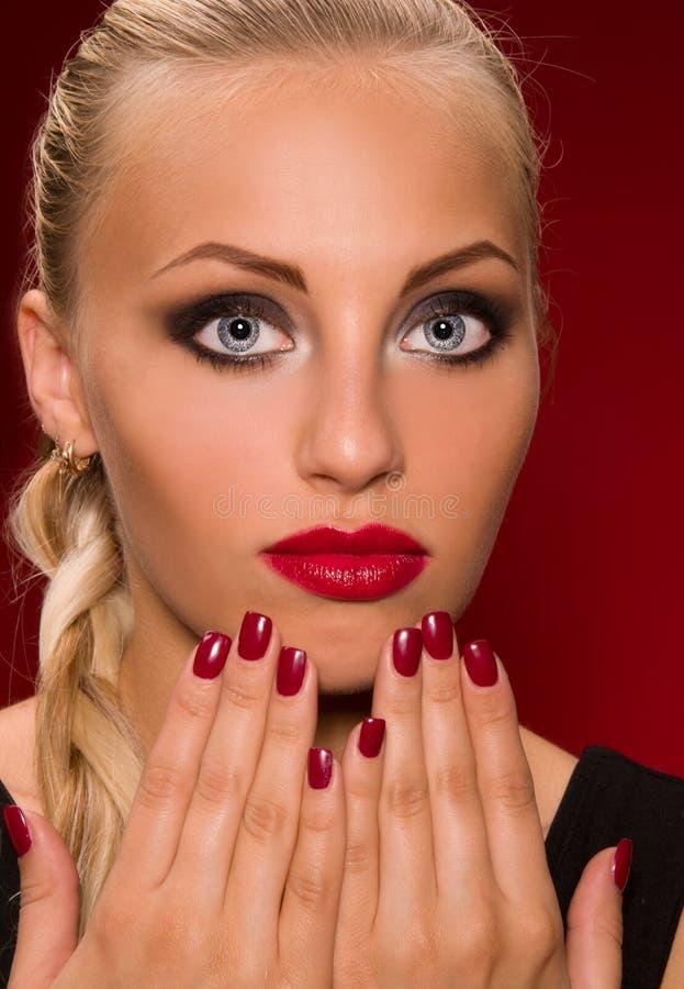 Meisje met agressieve make-up stock fotografie
