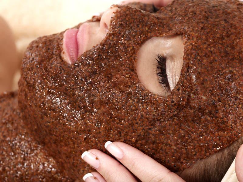 Meisje met algen gezichtsmasker. stock foto's