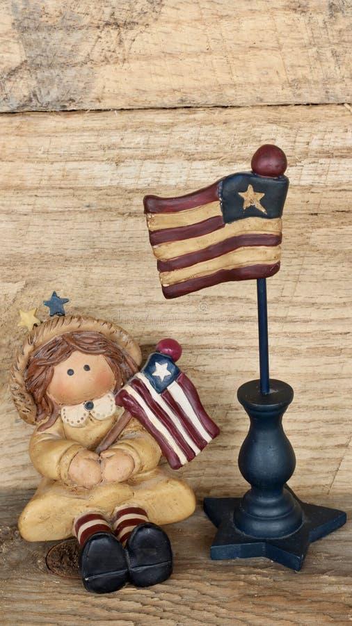 Meisje met Amerikaanse vlaggen op houten achtergrond royalty-vrije stock fotografie
