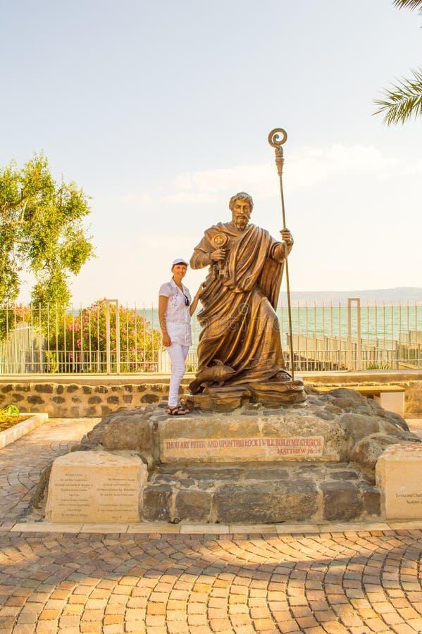 Meisje met Apostel Peter stock foto