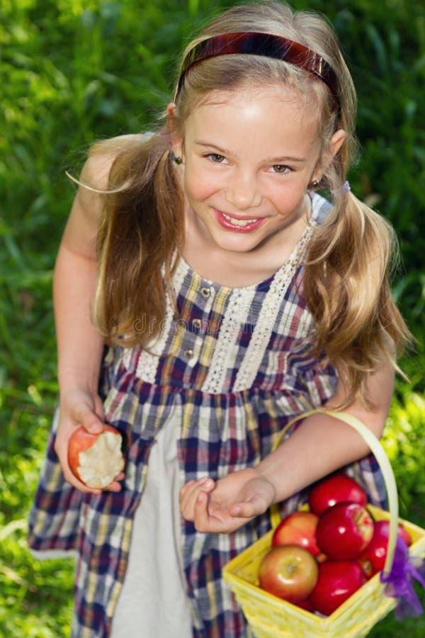 Meisje met appelen stock foto's