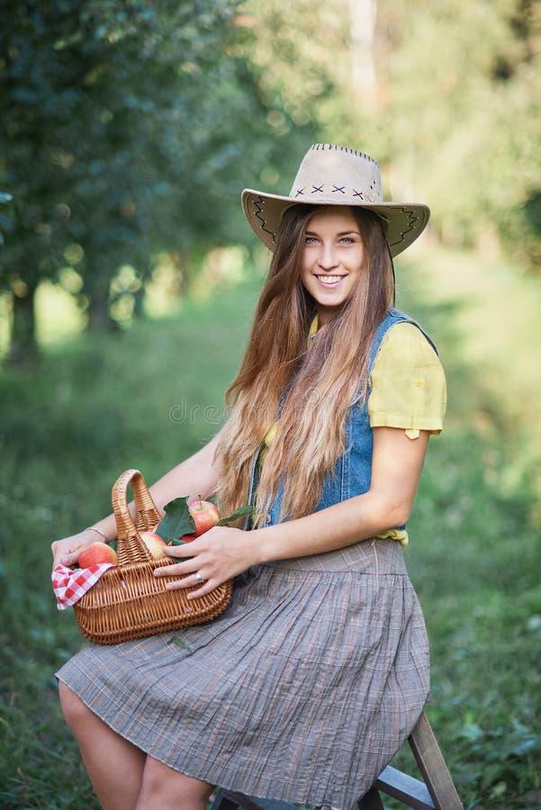 Meisje met Apple in de Apple-Boomgaard Mooi Meisje die Organisch Apple in de Boomgaard eten Het concept van de oogst De herfst ve stock afbeeldingen