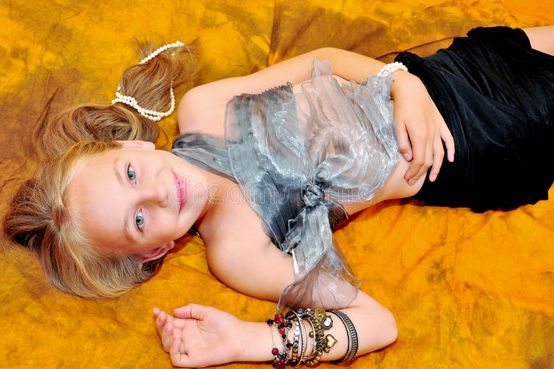 Meisje met armbanden royalty-vrije stock foto