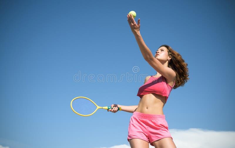 Meisje met atletisch lichaams speeltennis Gelukkige actieve vrouwelijke training Mooie aantrekkelijke geschiktheidsvrouw Sportiev stock foto's