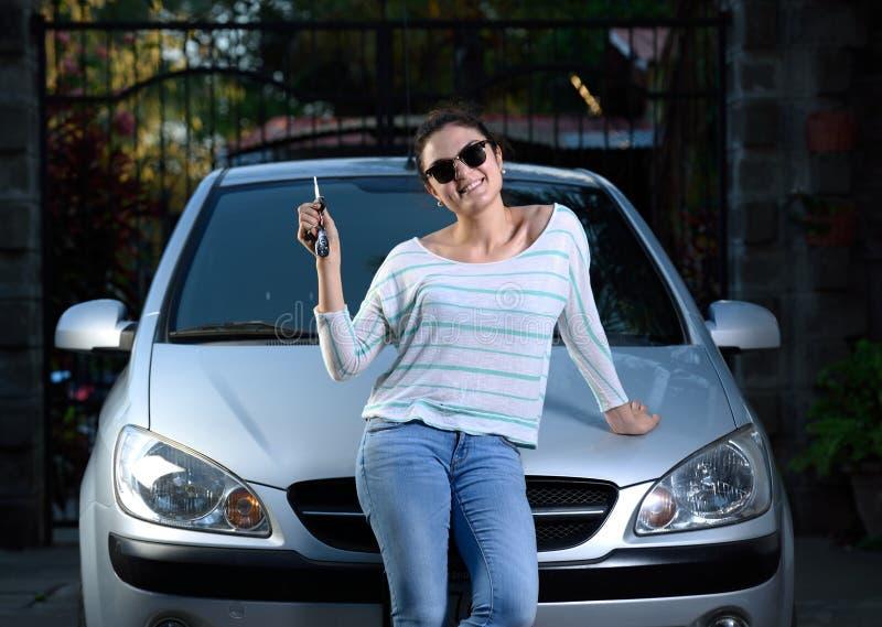 Meisje met autosleutel stock afbeelding