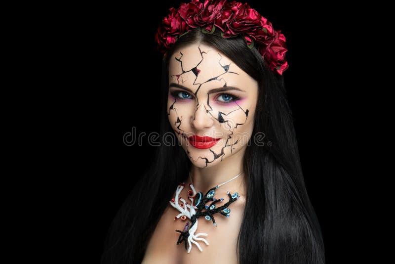 Meisje met barsten in haar gezicht stock afbeelding