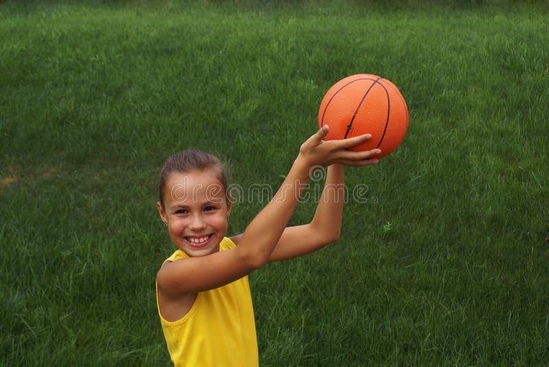Meisje met basketbal stock afbeeldingen