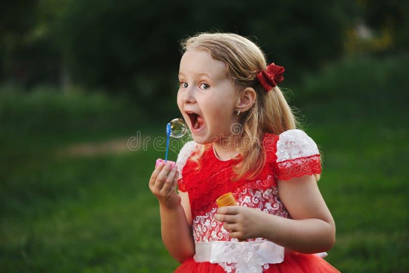Meisje met bellen in de zomerpark stock foto