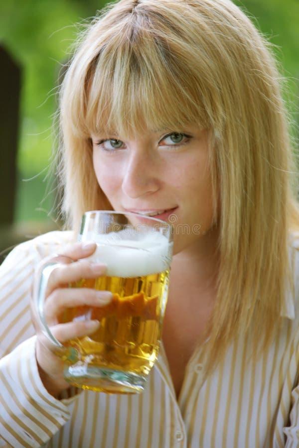 Meisje met bier stock foto's
