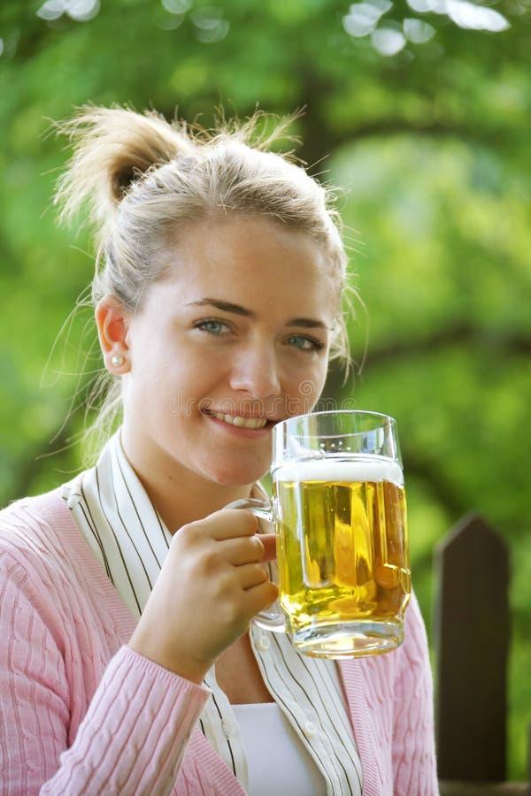 Meisje met bier stock fotografie