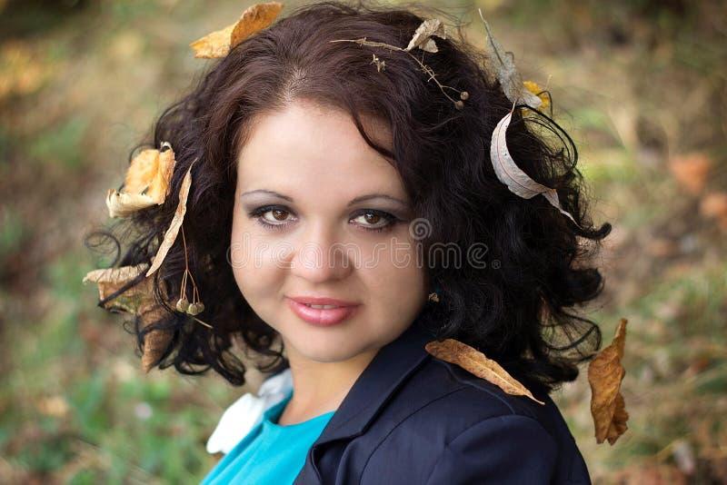 Meisje met bladeren in haar stock foto