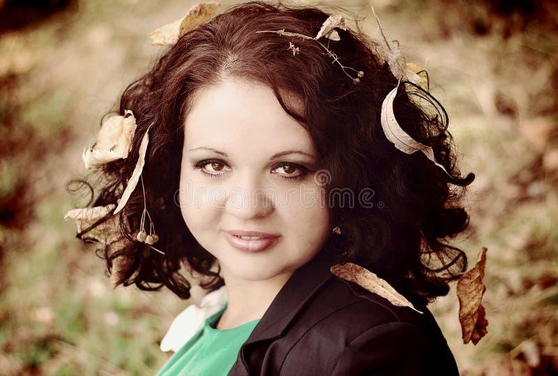 Meisje met bladeren in haar royalty-vrije stock afbeeldingen