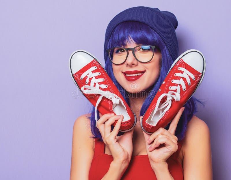 Meisje met blauw haar en rode gumshoes royalty-vrije stock afbeeldingen