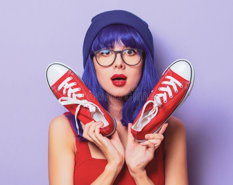Meisje met blauw haar en rode gumshoes royalty-vrije stock foto's