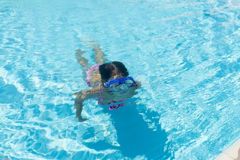 Meisje met blauwe het duiken glazen in een openluchtpool royalty-vrije stock afbeelding