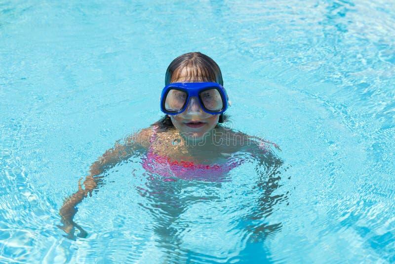 Meisje met blauwe het duiken glazen in een openluchtpool royalty-vrije stock foto