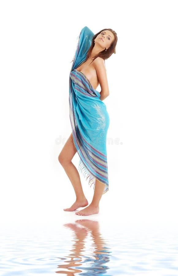 Meisje met blauwe sarongen op wit zand royalty-vrije stock fotografie