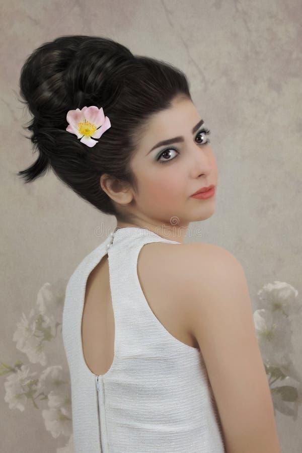 Meisje met bloem in haar haar royalty-vrije stock afbeelding