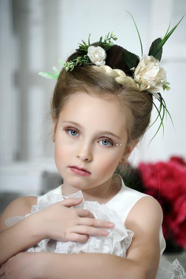 Meisje met bloemen royalty-vrije stock afbeelding