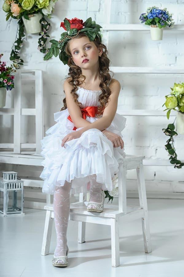 Meisje met bloemen stock afbeelding
