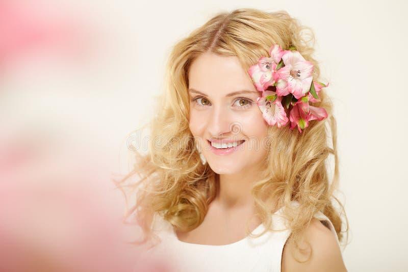 Meisje met bloemen in haar royalty-vrije stock foto's