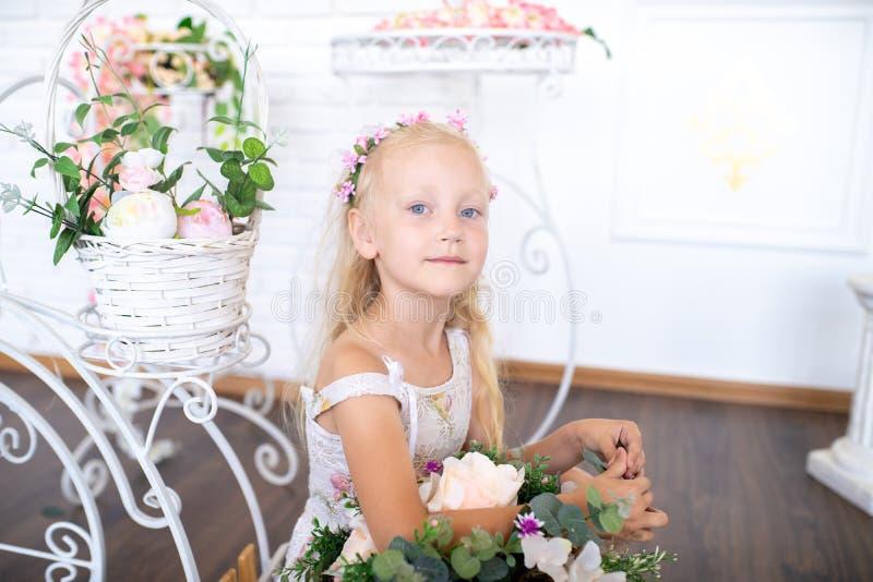Meisje met bloemen voor moeder royalty-vrije stock afbeelding