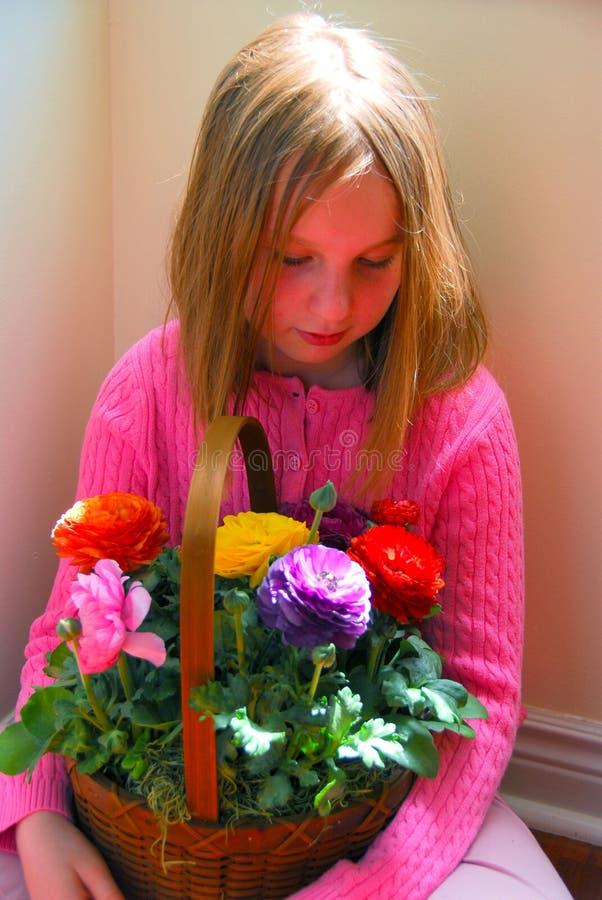 Meisje met bloemmand royalty-vrije stock foto