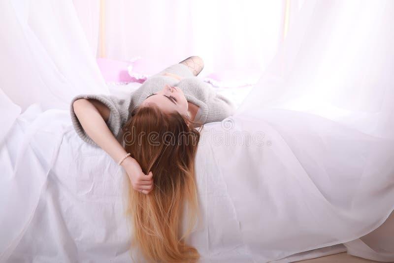 Meisje met blond haar en grijze sweater royalty-vrije stock afbeelding