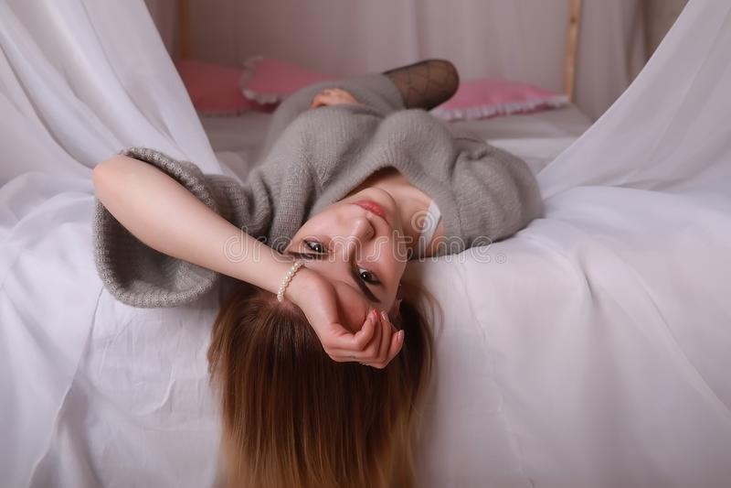 Meisje met blond haar en grijze sweater royalty-vrije stock fotografie