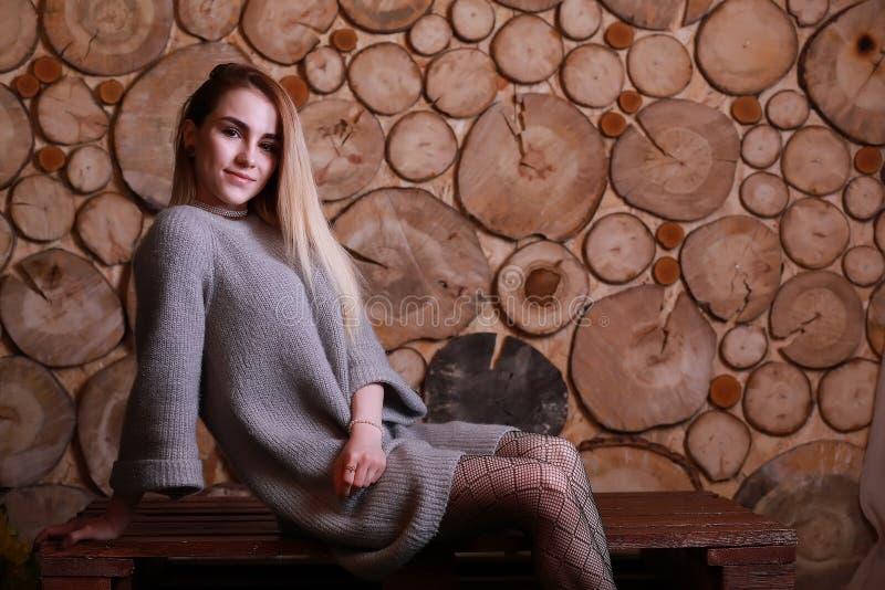 Meisje met blond haar en grijze sweater royalty-vrije stock afbeeldingen