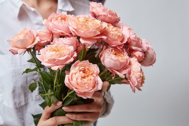 Meisje met boeket van bloemen stock afbeeldingen